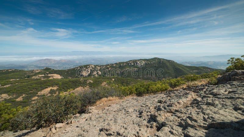 Взгляд туманных городов от саммита пика песчаника, рекреационной зоны гор Санта-Моника национальной, Калифорнии стоковое изображение