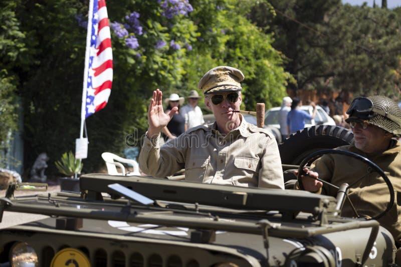 Взгляд дуба, Калифорния, США, 24-ое мая 2015, парад Дня памяти погибших в войнах, подражатель генерала Дугласа Macarthur с трубой стоковое изображение rf