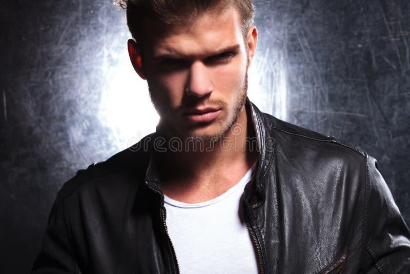 Взгляд убийцы молодого мачо человека стоковые изображения rf