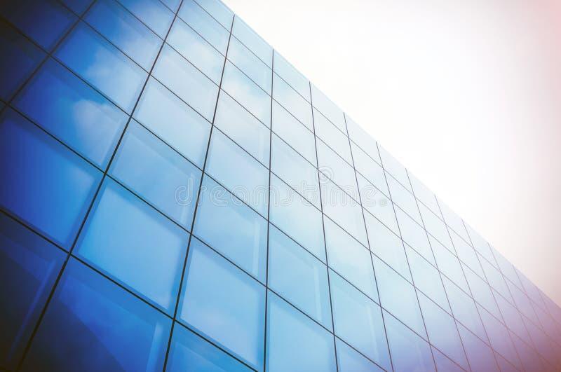 Взгляд угла современного финансового района небоскреба Голубой фасад небоскреба, офисные здания стеклянные самомоднейшие силуэты стоковые фото