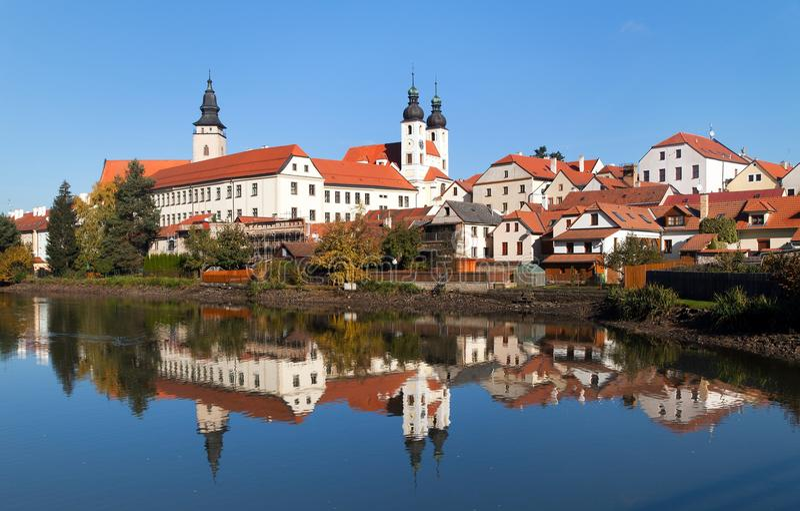 Взгляд утра городка Telc или Teltsch отражая в озере стоковые фото