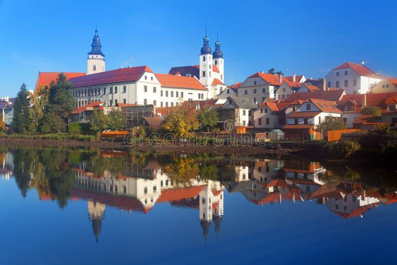 Взгляд утра городка Telc или Teltsch отражая в озере стоковое изображение