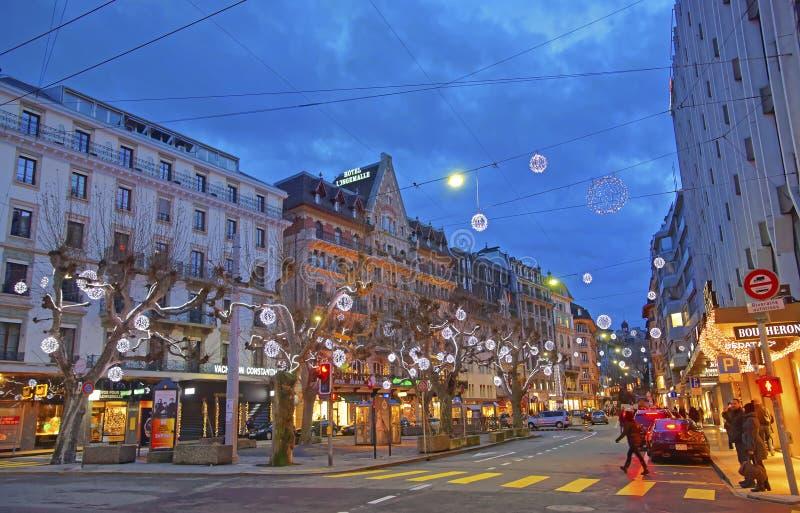 Взгляд улицы в центре города Женевы в Швейцарии в зиме стоковые изображения rf
