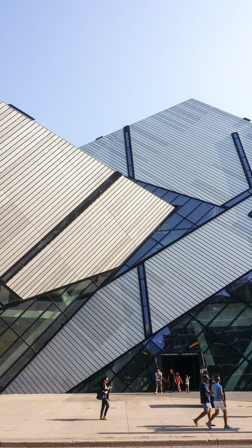 Взгляд улицы на королевском музее Онтарио в лете стоковое изображение