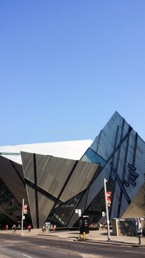 Взгляд улицы на королевском музее Онтарио в лете стоковая фотография rf