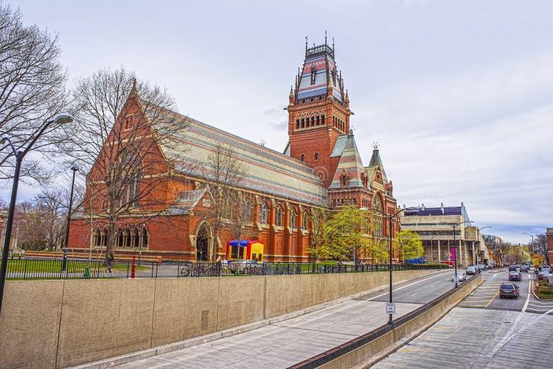 Взгляд улицы на мемориальном Hall в Гарвардском университете в Кембридже стоковое изображение rf