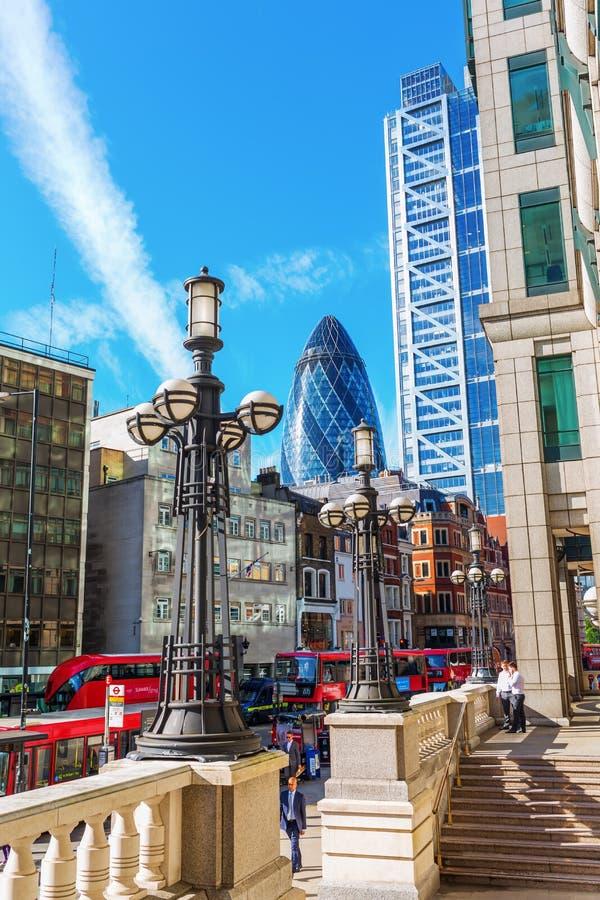 Взгляд улицы на Bishopsgate в городе Лондона, Лондона, Великобритании стоковые изображения