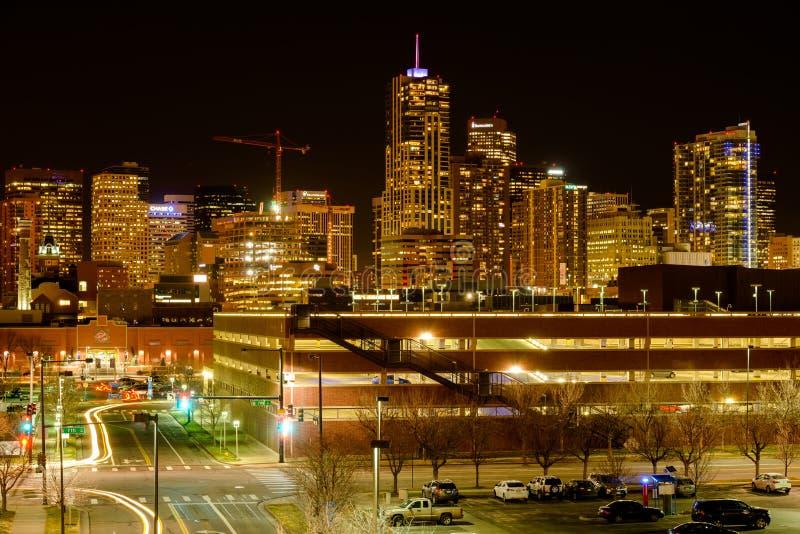 Взгляд улицы ночи городского Денвера стоковые изображения rf