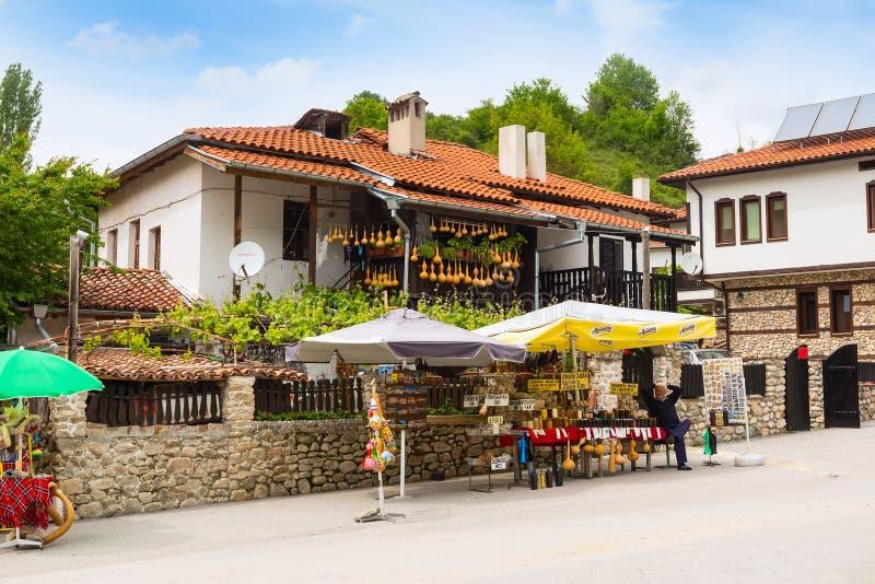 Взгляд улицы при магазин продавая традиционные болгарские сувениры стоковая фотография rf