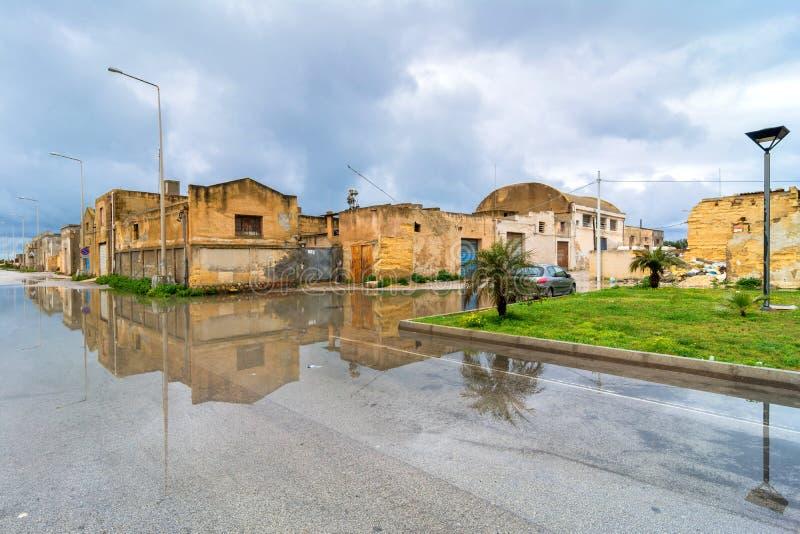 Взгляд улицы с отражением в Marsala, Италии стоковые изображения