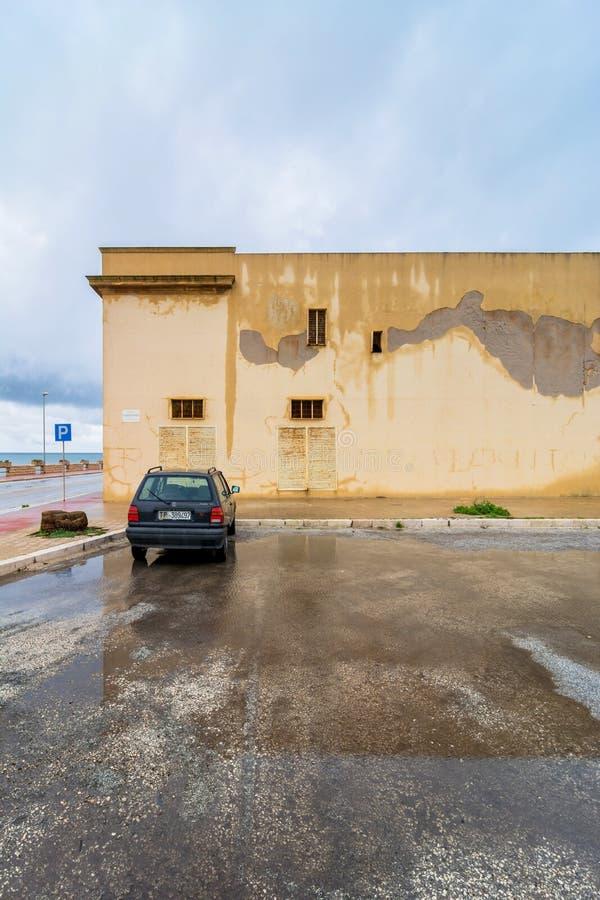 Взгляд улицы с отражением в Marsala, Италии стоковые фотографии rf