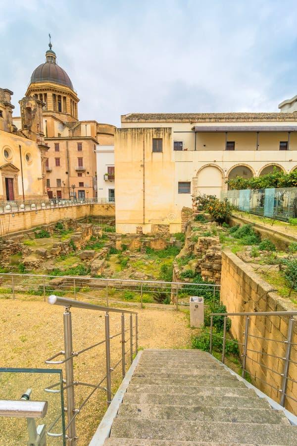 Взгляд улицы с римскими руинами в Marsala, Италии стоковая фотография