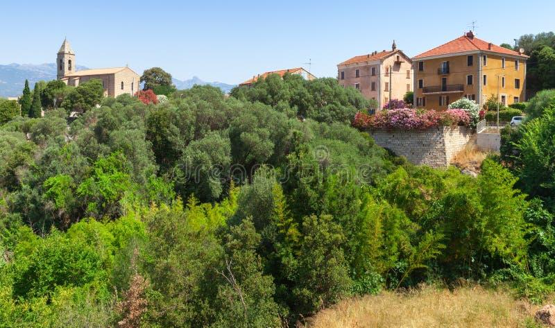 Взгляд улицы Figari с красочными живущими домами стоковое изображение