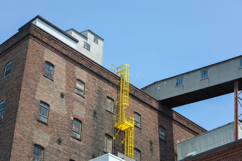 Взгляд фасада кирпичной стены и окна старого здания фабрики сахара стоковые фотографии rf