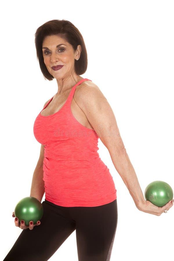 Взгляд фитнеса шариков зеленого цвета более старой женщины стоковое изображение
