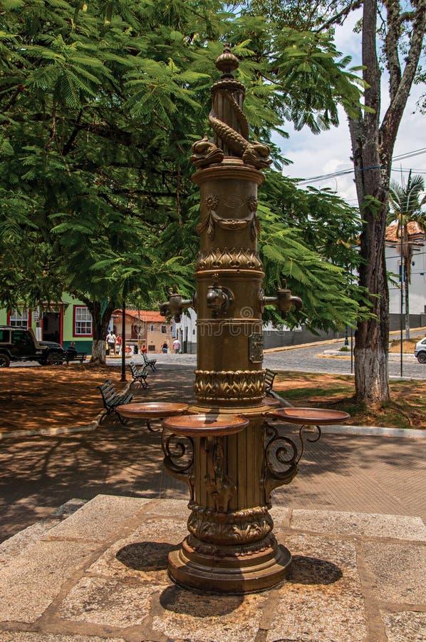 Взгляд фонтана украшенный с дельфинами в квадрате на Bananal стоковые изображения rf