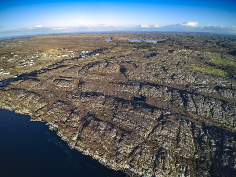 Взгляд фьорда Скалистый берег моря с голубым облачным небом, воздушным стоковое фото rf