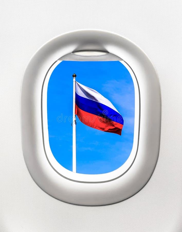 Взгляд флага России от окна самолета стоковые фото