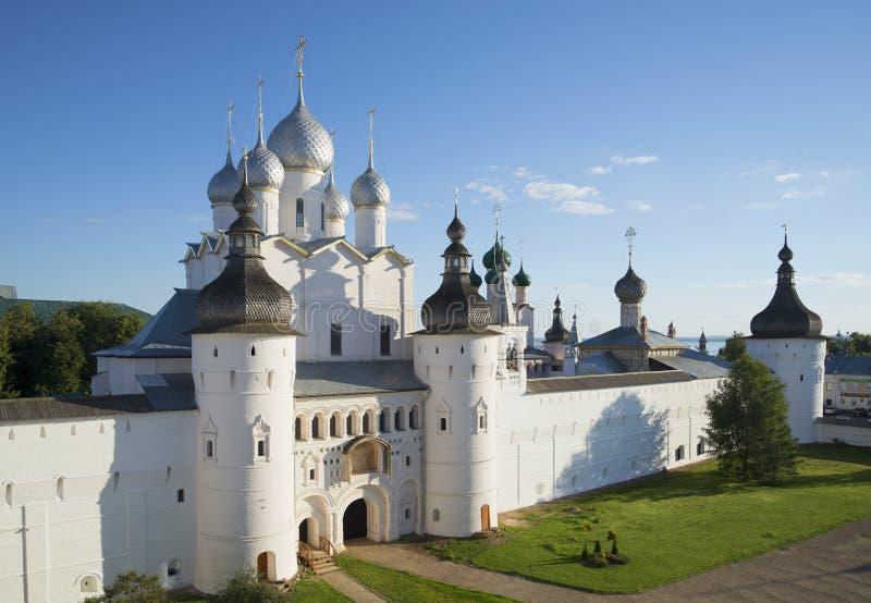 Взгляд церков воскресения на вечере лета Кремль Ростова большой стоковое изображение rf