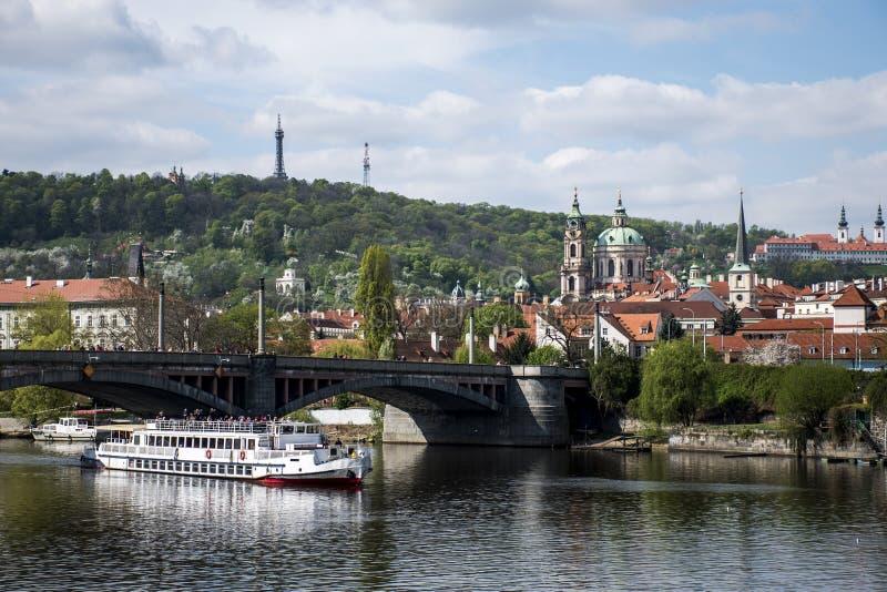 Взгляд церков и моста на реке Влтавы с чехией Праги шлюпки стоковые изображения rf