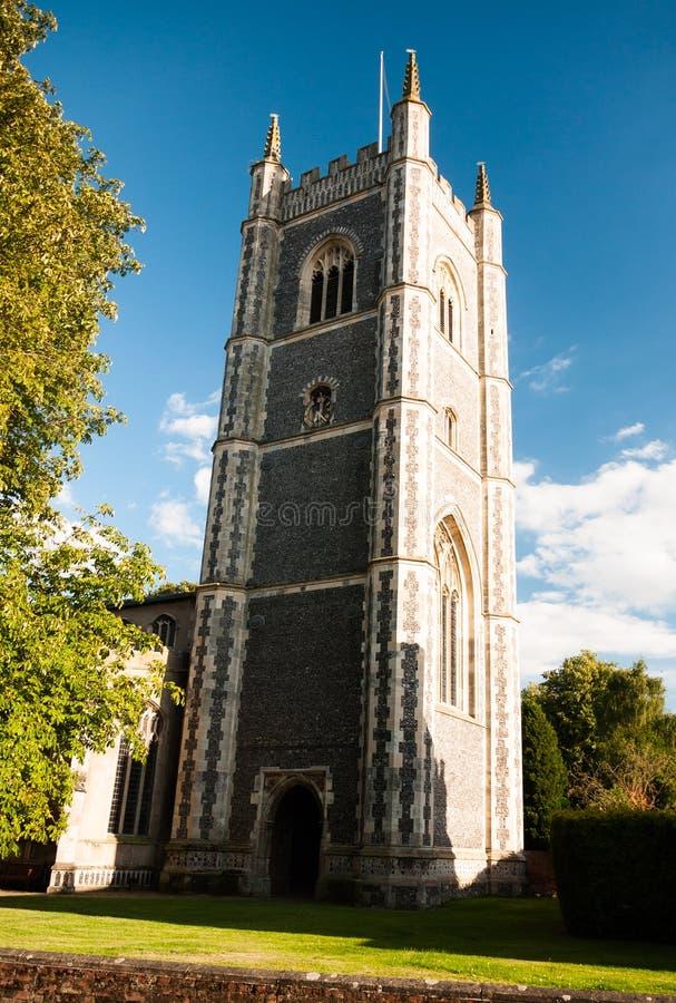 Взгляд церков dedham в свете лета с красивым голубым cl стоковые изображения rf