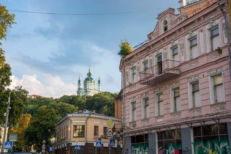 Взгляд церков ` s St Andrew, спуск Andriyivskyy, пешеходная улица Украина, Kyiv, Podil r стоковая фотография rf