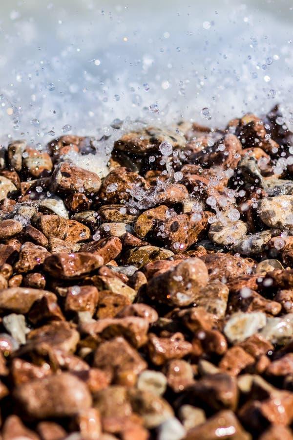 Взгляд через влажный камешек на море стоковая фотография