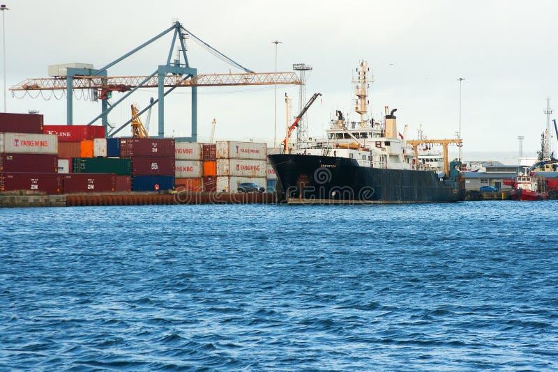 Взгляд через гавань Белфаста близко к набережной ферзей показывая контейнеры hugh стоковые фото