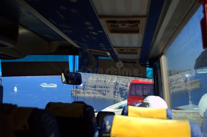 Взгляд через лобовое стекло шины к заливу Santorini стоковое изображение