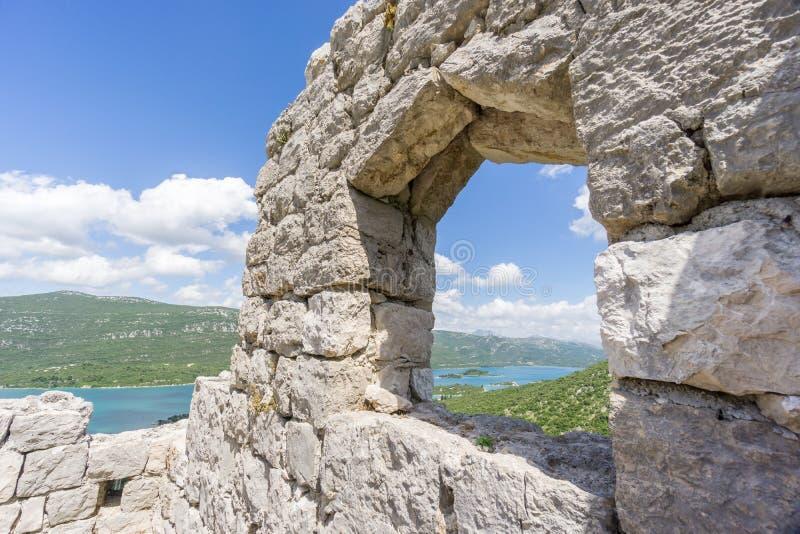 Download Взгляд через окно от стен Ston Стоковое Изображение - изображение насчитывающей туризм, лотки: 81809153