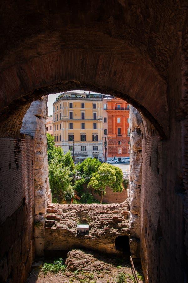 Взгляд через свод Colosseum на улице стоковое изображение rf