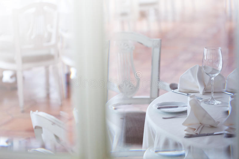 Взгляд через стекло на ресторане Интерьер в белых тонах стоковые фото