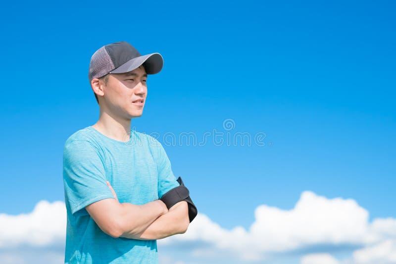 Взгляд человека спорта где-то стоковая фотография