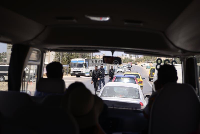 Взгляд шины лобового стекла - полиция торгует деятельностью, проверяет пункт безопасностью стоковые изображения rf