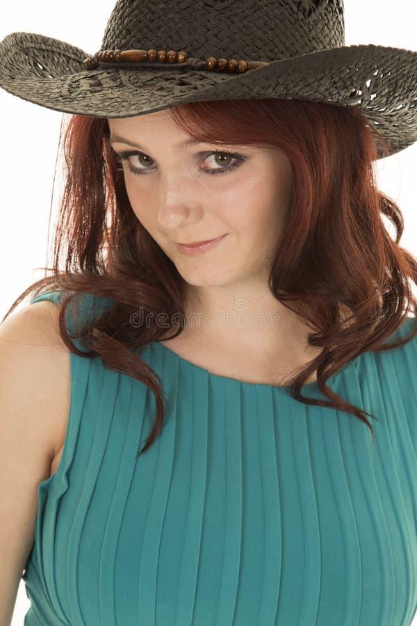 Взгляд шляпы пастушкы платья зеленого цвета волос женщины красный стоковое изображение