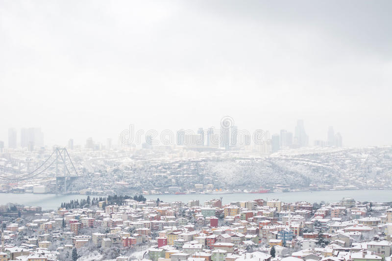Взгляды зимы от Bosphorus и Uskudar Стамбула в Турции стоковая фотография