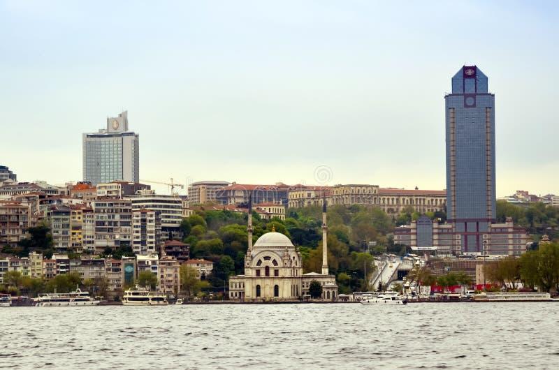Взгляды мечети и Bosphorus Стамбула Dolmabahce стоковые изображения rf