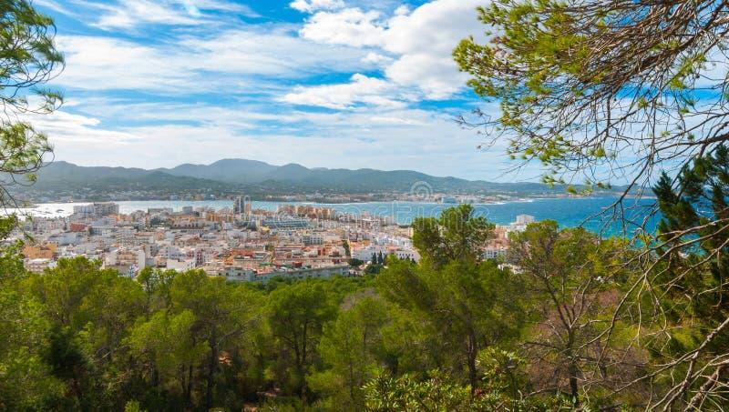 Взгляды от стороны холма рядом в St Antoni de Portmany Балеарских островах, Ibiza, Испании стоковые изображения