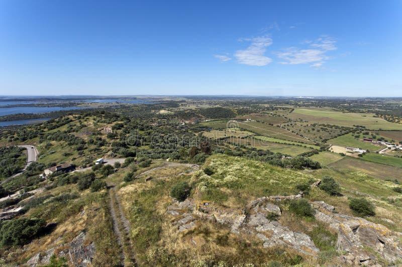 Download Взгляды от холма Monsaraz стоковое изображение. изображение насчитывающей hilltop - 33734597