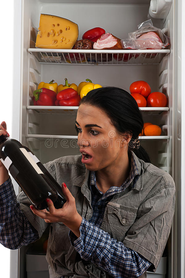 Взгляды пакостного попрошайки голодные на бутылке стоковое изображение rf