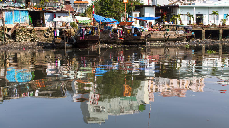Взгляды трущоб города от реки стоковая фотография rf