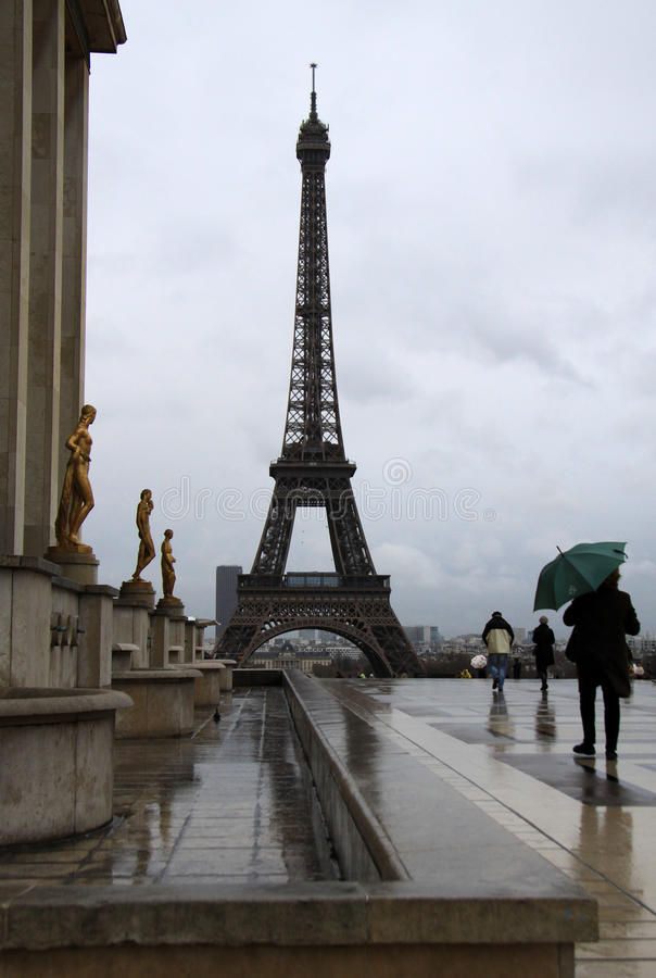 Взгляд Эйфелева башни в Париже в дождливом дне, Франции стоковая фотография