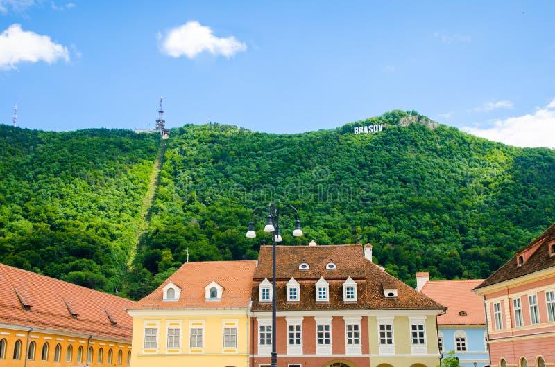 Взгляд Brasov Тампа с именем города и исторические здания на основании стоковые изображения rf