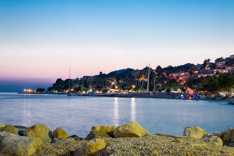 Взгляд Brela, Makarska Ривьеры, Далмации, Хорватии стоковые фото