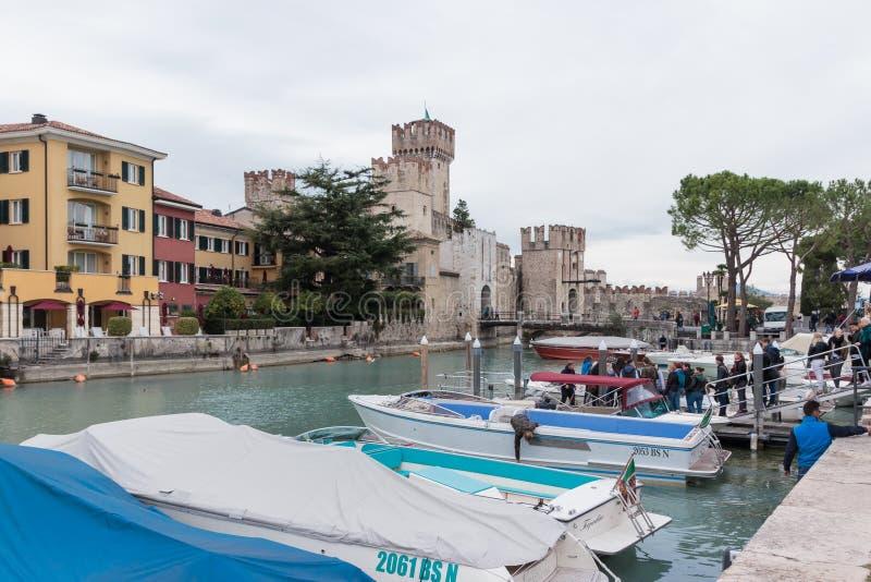 Взгляд Castello Scaligero от пристани Sirmione стоковые изображения rf