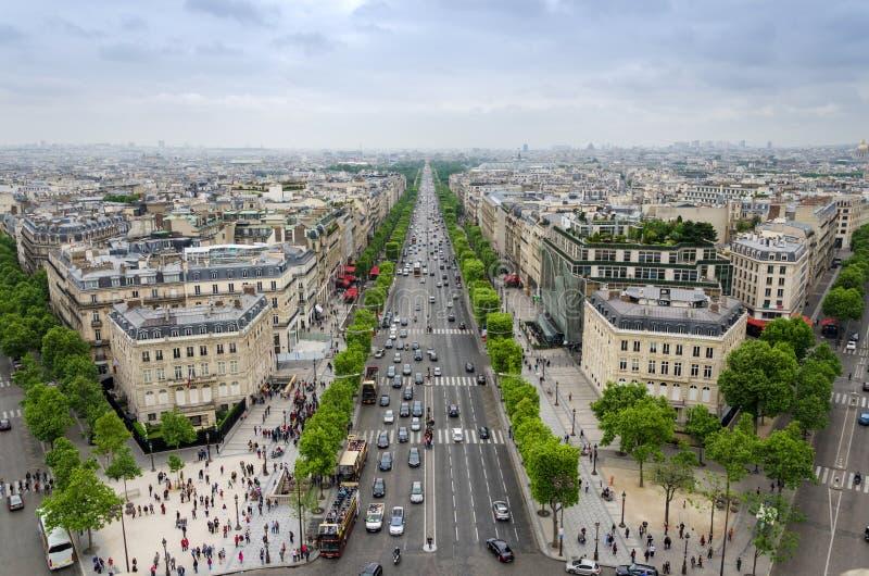 Взгляд Champs-Elysees от Триумфальной Арки в Париже стоковое изображение rf