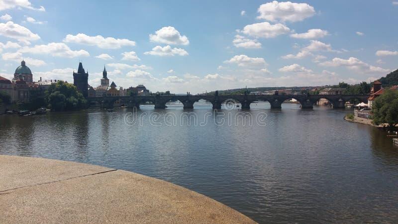 Взгляд frome реки мост стоковое изображение rf