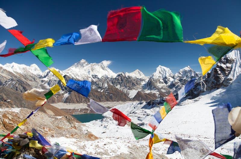 Взгляд Mount Everest с буддийскими флагами молитве стоковые изображения rf