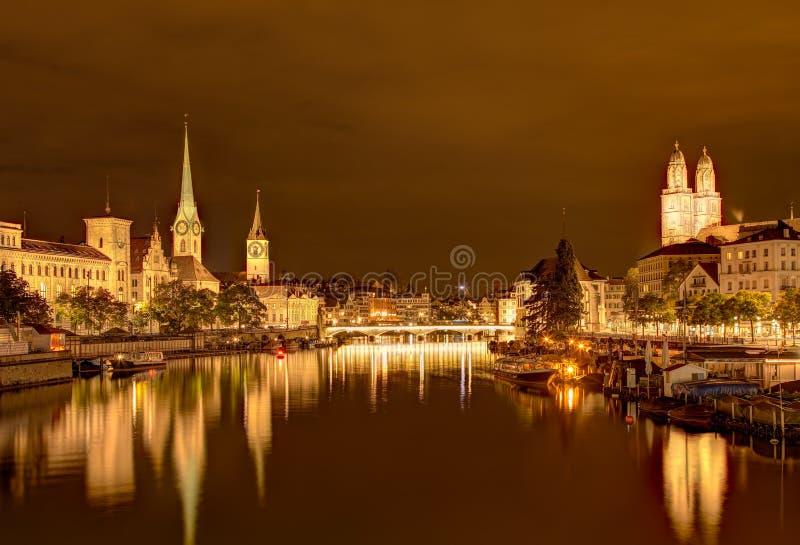 Взгляд Nightime вдоль реки Limmat в Цюрихе, Швейцарии стоковые изображения rf