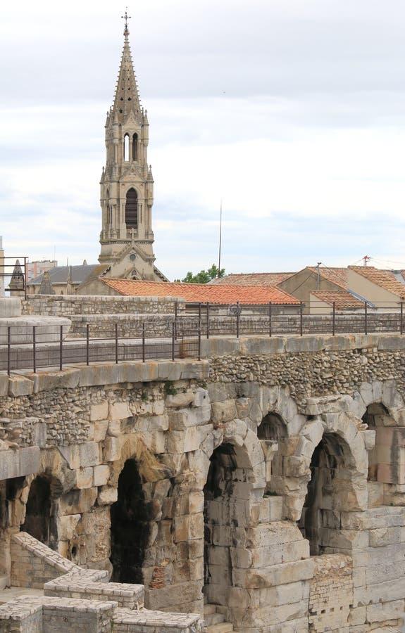 Взгляд Nimes над римским амфитеатром в Франции стоковые фото